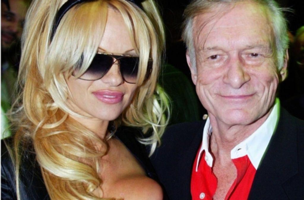 """""""Playboy""""-Gründer Hugh Hefner mit dem früheren Playboy-Playmate des Jahres, der aus Kanada stammenden US-Schauspielerin Pamela Anderson, bei der Party zum 50. Jahrestag seines Magazins für """"Männerunterhaltung"""" in New York. Foto: dpa"""