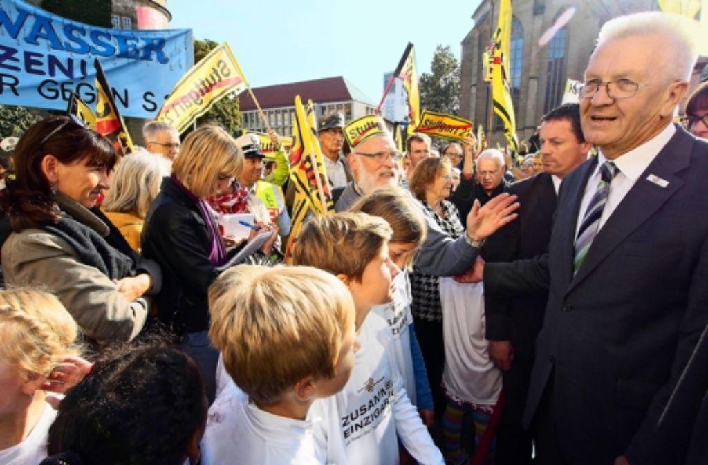 Ministerpräsident Winfried Kretschmann lässt sich von den Protestrufen der S-21-Gegner bei der Einheitsfeier nicht irritieren. Was sonst noch in Stuttgart geschehen ist, sehen Sie in unserer Bilderstrecke. Foto: