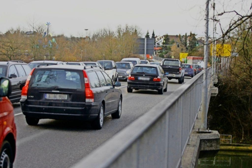 In Remseck dauert es gelegentlich mal länger – vor allem auf der Neckarbrücke. Eine neue Querung soll helfen. Foto: factum/Archiv