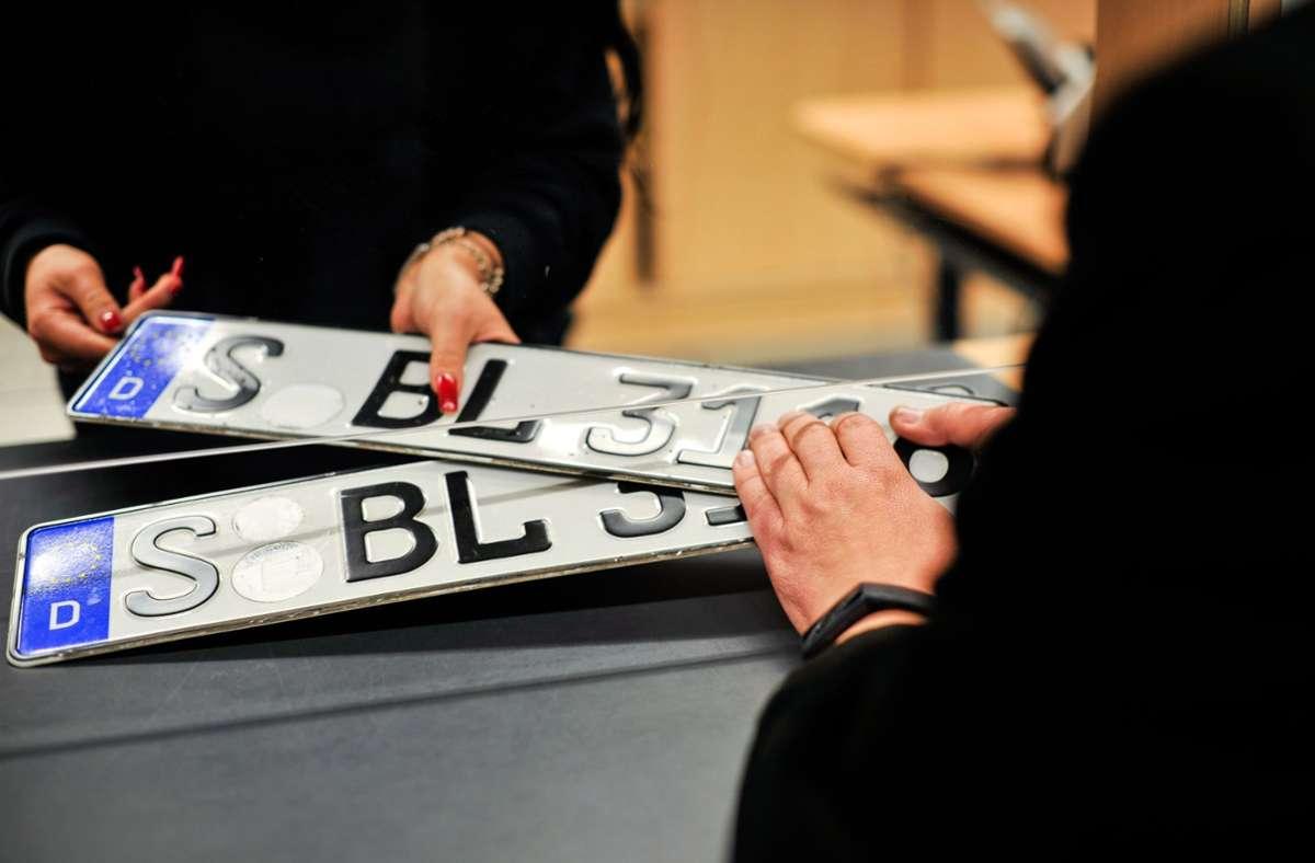 Glücklich ist, wer sein Fahrzeug zugelassen bekommt. In Stuttgart dauert das nicht wenigen Menschen zu lang. Auch von Busunternehmen kommt Kritik. Foto: Lichtgut/Max Kovalenko