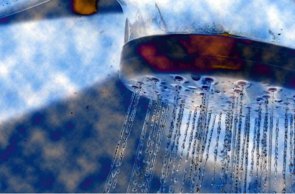 Beim Einatmen von Duschnebel kann man sich mit Legionellen infizieren. Foto: Archiv