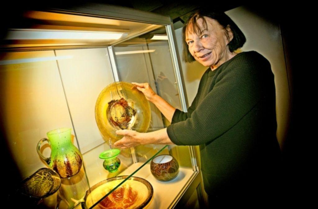 Die Bünzwangenerin Ingrid Ostermann sammelt Objekte aus Myra- und Ikora-Glas. Zu sehen sind ihre Schätze in der Weihnachtsausstellung im Ebersbacher Museum Alte Post noch bis zum 27. Februar. Foto: Horst Rudel