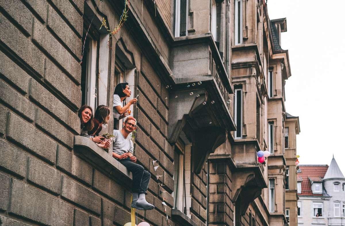 Seifenblasen pusten und Papierflieger werfen gehörten zum Programm des ersten Fenster-Straßenfests. Foto: Matthias Wallot