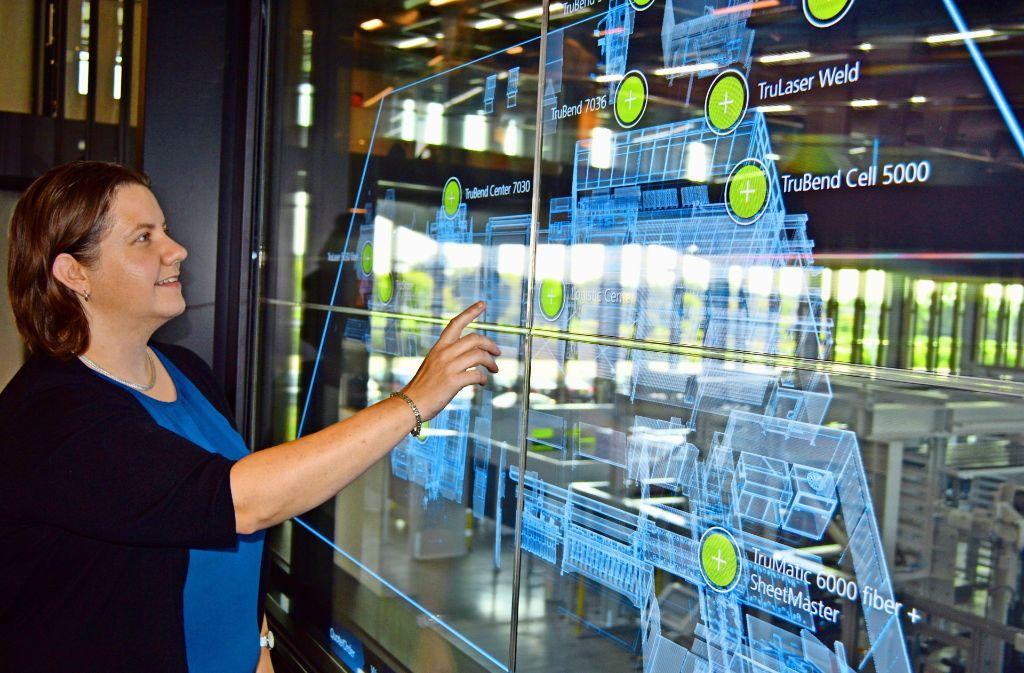 Die Ingenieurin Megan Baumgartner behält in der intelligenten Fabrik den Überblick. Foto: Guhlich