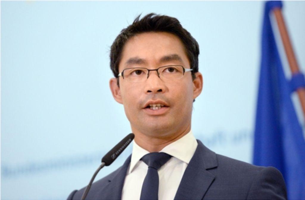 FDP-Chef Philipp Rösler will zuerst den Haushalt sanieren und erst dann entlasten. Foto: dpa