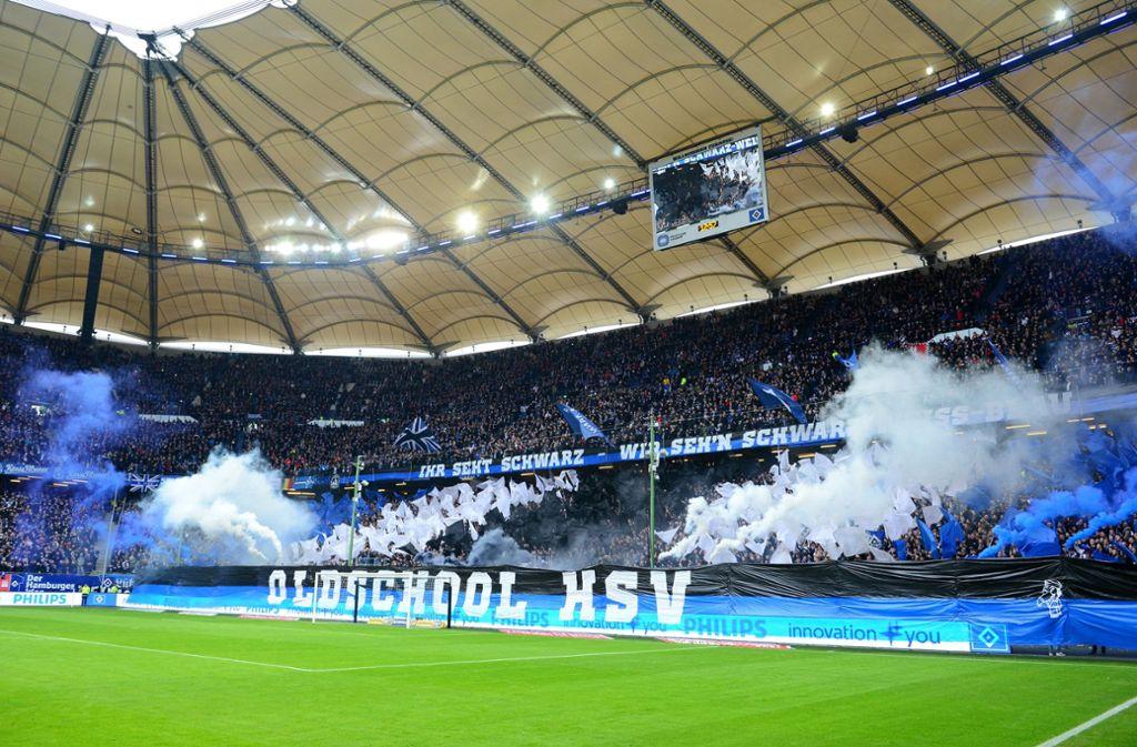 Zehn Rauchtöpfe wurde beim Spiel gegen den Karlsruher SC vor dem HSV-Fanblock gezündet. Foto: dpa/Daniel Bockwoldt