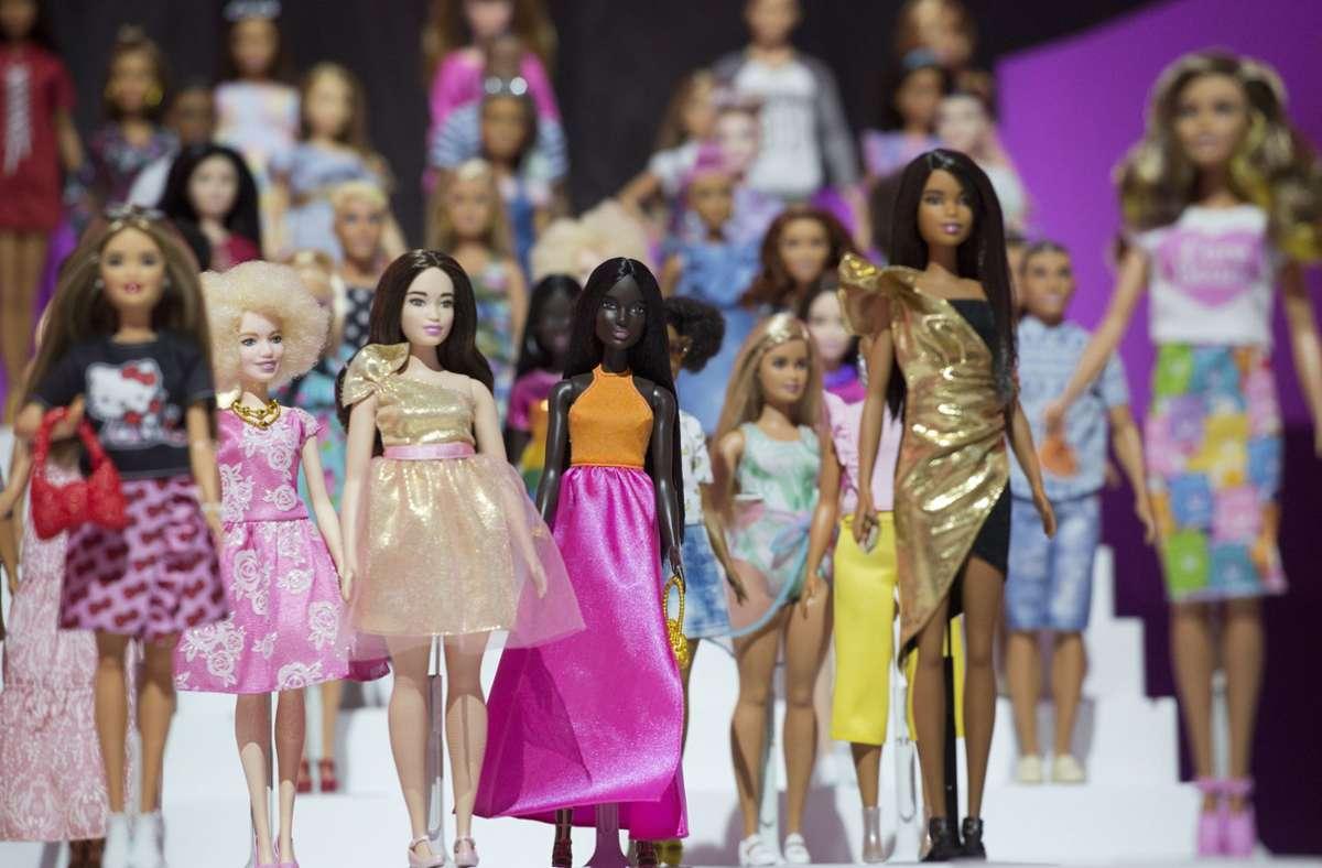 Die bei vielen Kindern beliebten Barbies sollen durch eine neue Kollektion nachhaltiger werden (Archivbild) Foto: dpa/Mark Lennihan