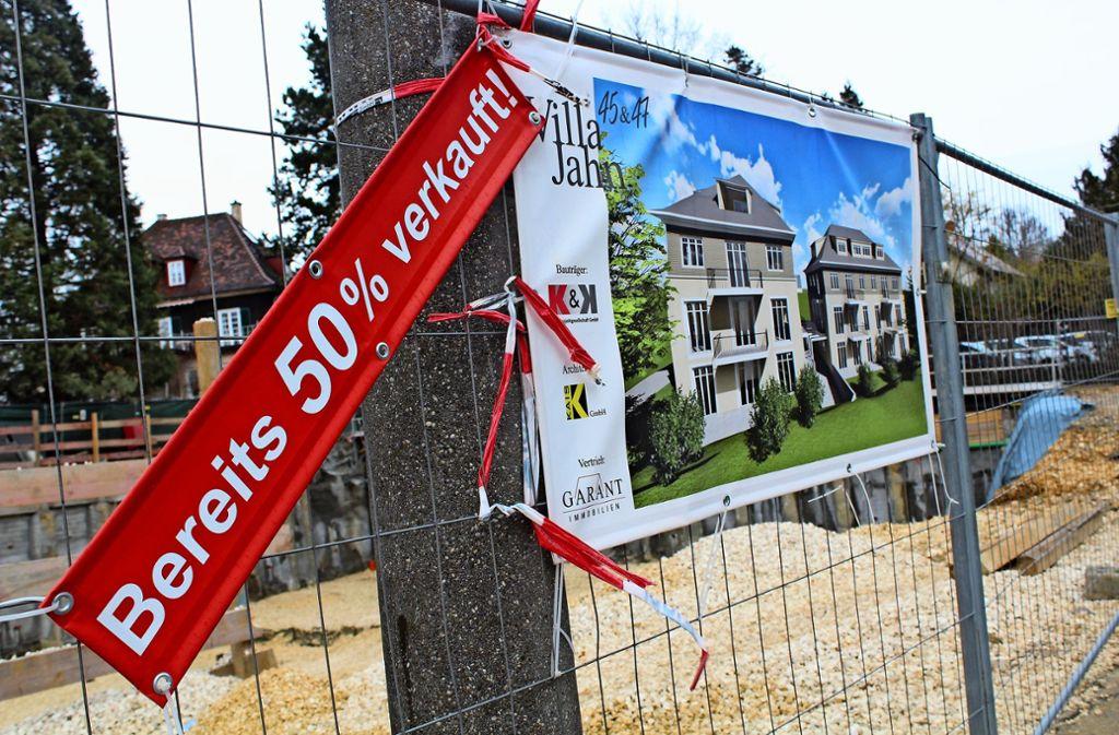 Gegenüber des Hospizes Sankt Martin entstehen zwei Stadtvillen. Wenige Schritte weiter wird ebenfalls Wohnraum gebaut. Foto: Baur
