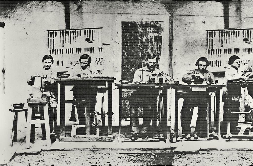 Der  Blick in die  optische Werkstatt  von Carl Zeiss    im Jahr 1864 zeigt  Mechaniker und Lehrlinge  beider Arbeit. Foto: Carl Zeiss AG