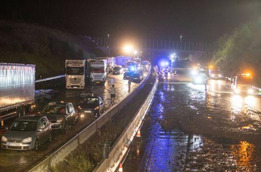 A8 durch Starkregen überflutet – Menschen mit Schlauchbooten gerettet