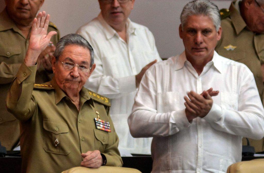 """Raúl Castro (links) sagt """"Adiós"""", sein Nachfolger wird wohl Miguel Díaz-Canel. Foto: dpa"""