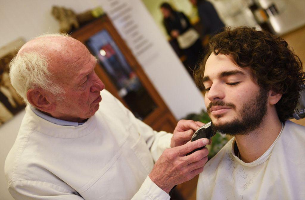 Einer der   Jesus-Darsteller der Oberammergauer Passionsspiele lässt sich beim Friseur rasieren. Foto: dpa