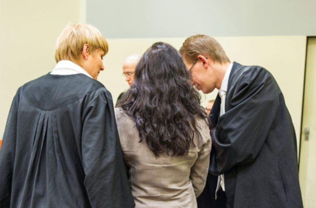 Die Angeklagte Beate Zschäpe (Mitte) mit ihren Anwälten Anja Sturm und Wolfgang Heer vor dem Oberlandesgericht München beim NSU-Prozess. Foto: dpa