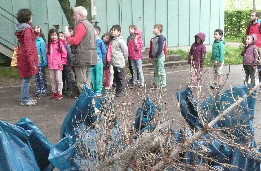 Erst die Arbeit, dann das Vesper: Etwa zwei Dutzend Säcke Müll haben die Kindergartenkinder und Grundschüler gesammelt – nebst einem Christbaum. Foto: Christoph Kutzer