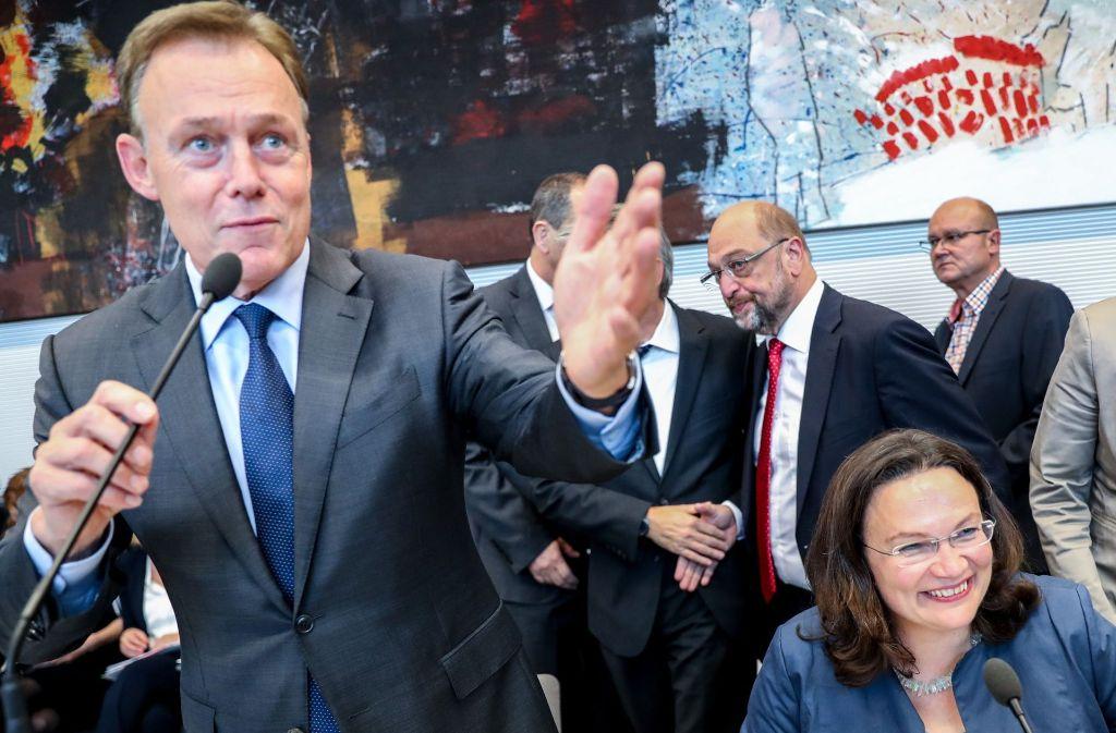 Noch-Fraktionschef Oppermann gibt sich tapfer, seine designierte Nachfolgerin Nahles strahlt, im Hintergrund guckt SPD-Chef Schulz grimmig.   Seit dem Wahlsonntag hat er wenig zu lachen. Foto: dpa