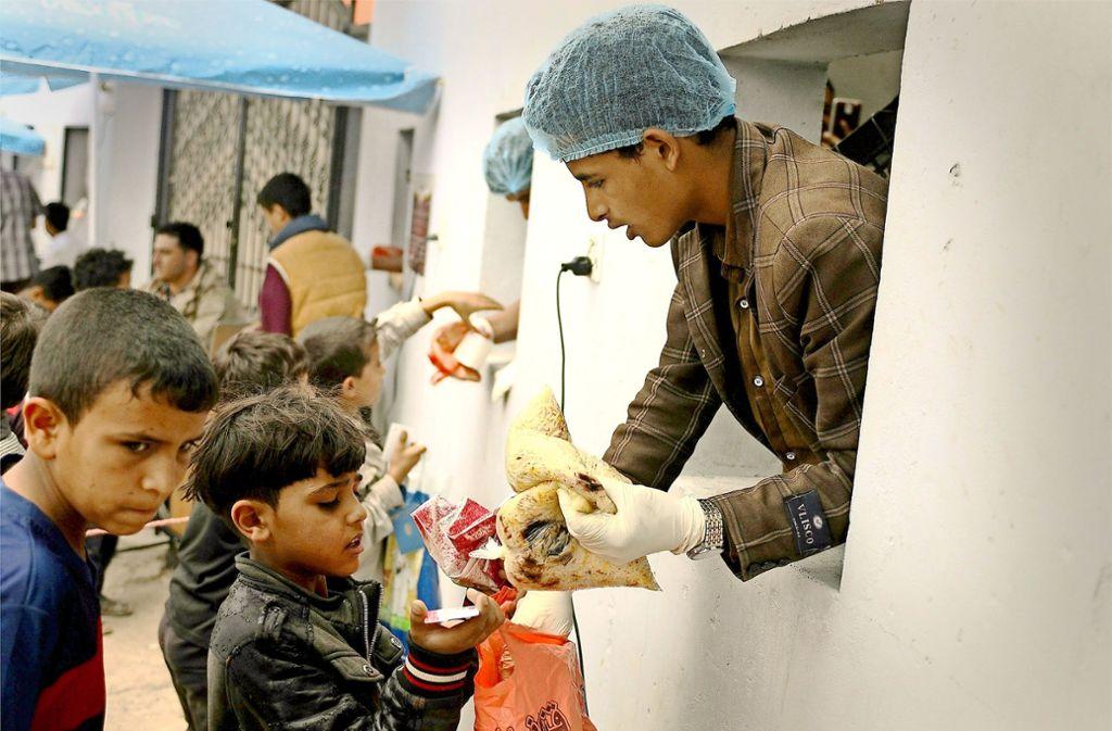 Im Jemen regieren Hunger und Elend. Vor allem die Kinder leiden darunter. Hier erhält ein Junge Essen von einer internationalen Hilfsorganisation. Foto: dpa
