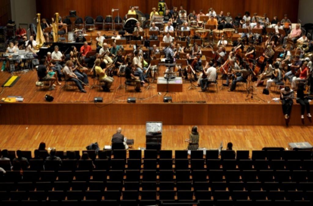 Stuttgart oder Freiburg: Auf diesem Archivbild ist das SWR-Sinfonieorchester bei Proben im Freiburger Konzerthaus zu sehen. Foto: dapd