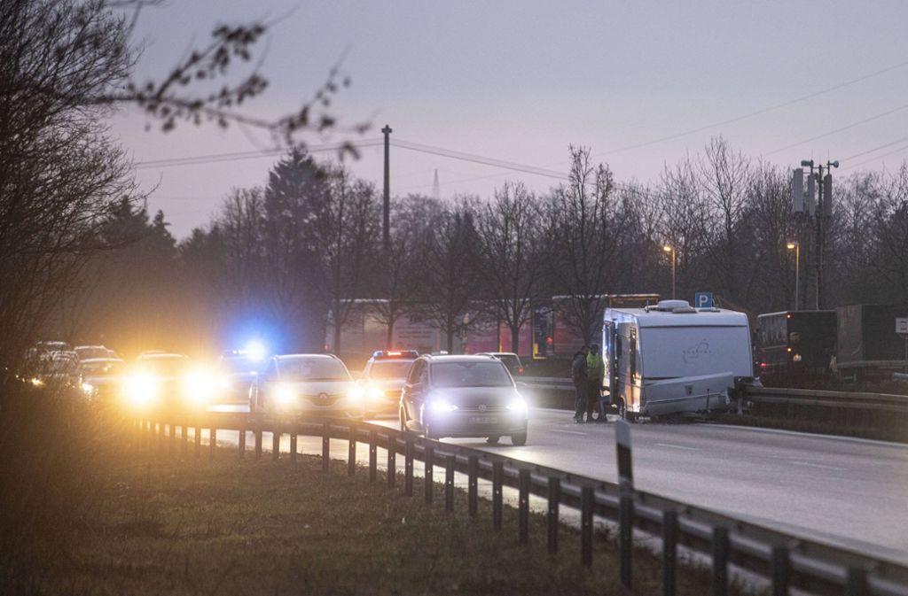 Ein Wohnwagengespann ist auf der B14 in die Leitplanke gekracht. Foto: 7aktuell.de/Simon Adomat