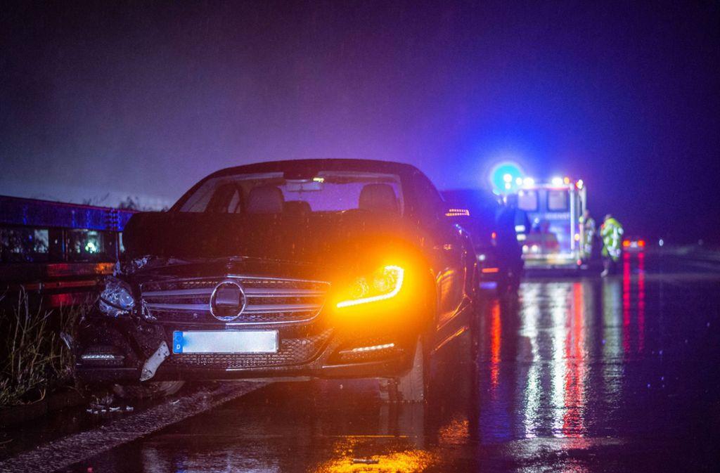 Der Fahrer verlor auf der A 8 die Kontrolle über seinen Wagen. Bei dem Unfall wurde eine Person verletzt. Foto: 7aktuell.de/Moritz Bassermann