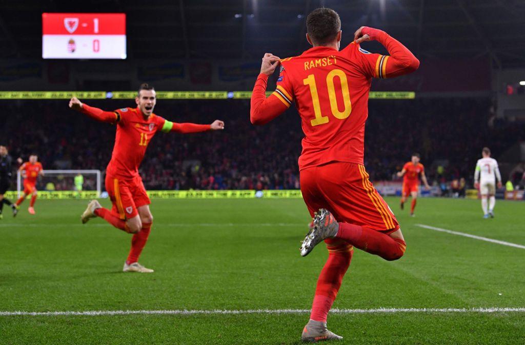 Gareth Bale (im Hintergrund) feiert den zweifachen Torschützen Aaron Ramsey. Foto: AFP/PAUL ELLIS