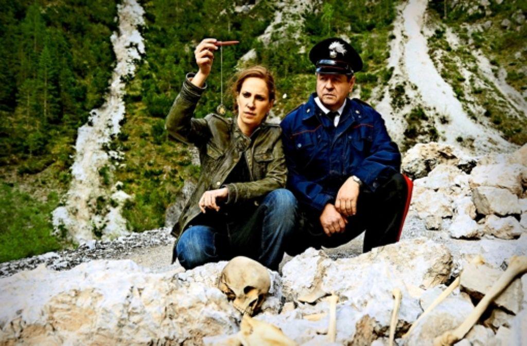 Chiara Schoras und Hanspeter Müller-Drossaart ermitteln in den Bergen. Foto: ARD