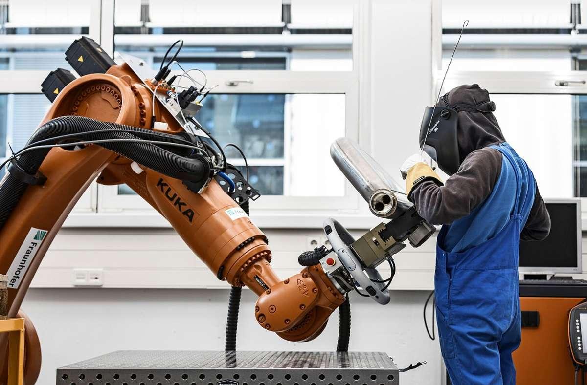 Bei Arbeiten, bei denen  Mensch und Roboter kooperieren, ist die Zuverlässigkeit von Künstlicher Intelligenz entscheidend. Foto: Fraunhofer IPA/Rainer Bez