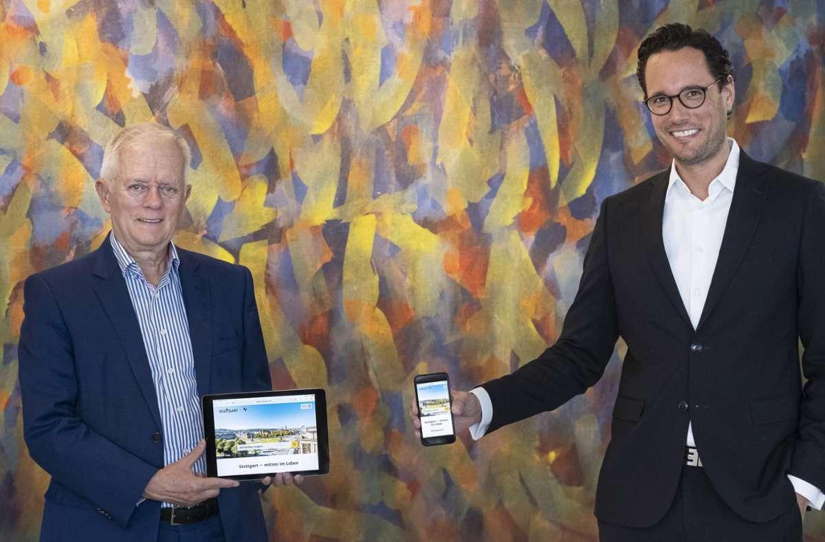 OB Kuhn (links) und Erster Bürgermeister Fabian Mayer präsentieren den neuen Internetauftritt. Der soll  nun auch besser  für die Nutzung mit Mobiltelefonen ausgelegt sein. Foto: Thomas Wagner/Stadt Stuttgart