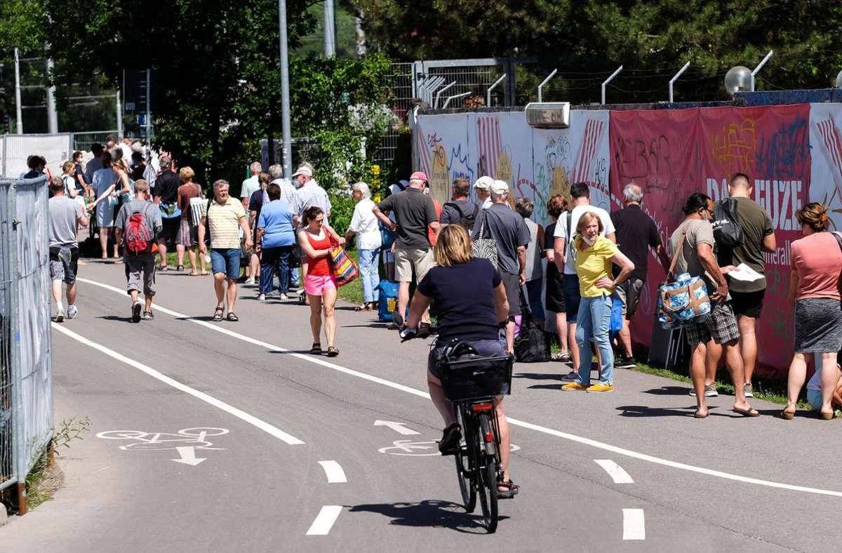 Warten auf Einlass: Menschenschlange vor dem Leuze Foto: Lichtgut/Max Kovalenko