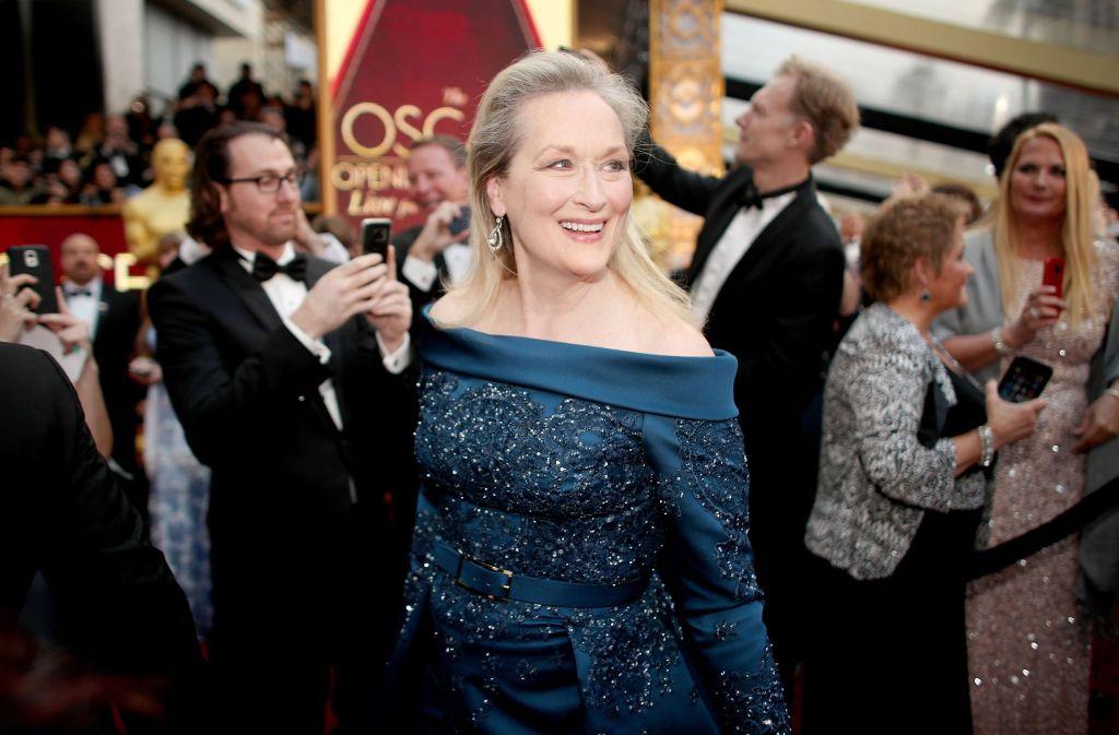 Die Schauspielerin Meryl Streep bei der 89. Oscar-Verleihung in Hollywood. Nach einem Streit mit Chanel-Chefdesigner Karl Lagerfeld entschied sie sich für eine Robe von Ellie Saab. Foto: Getty Abo