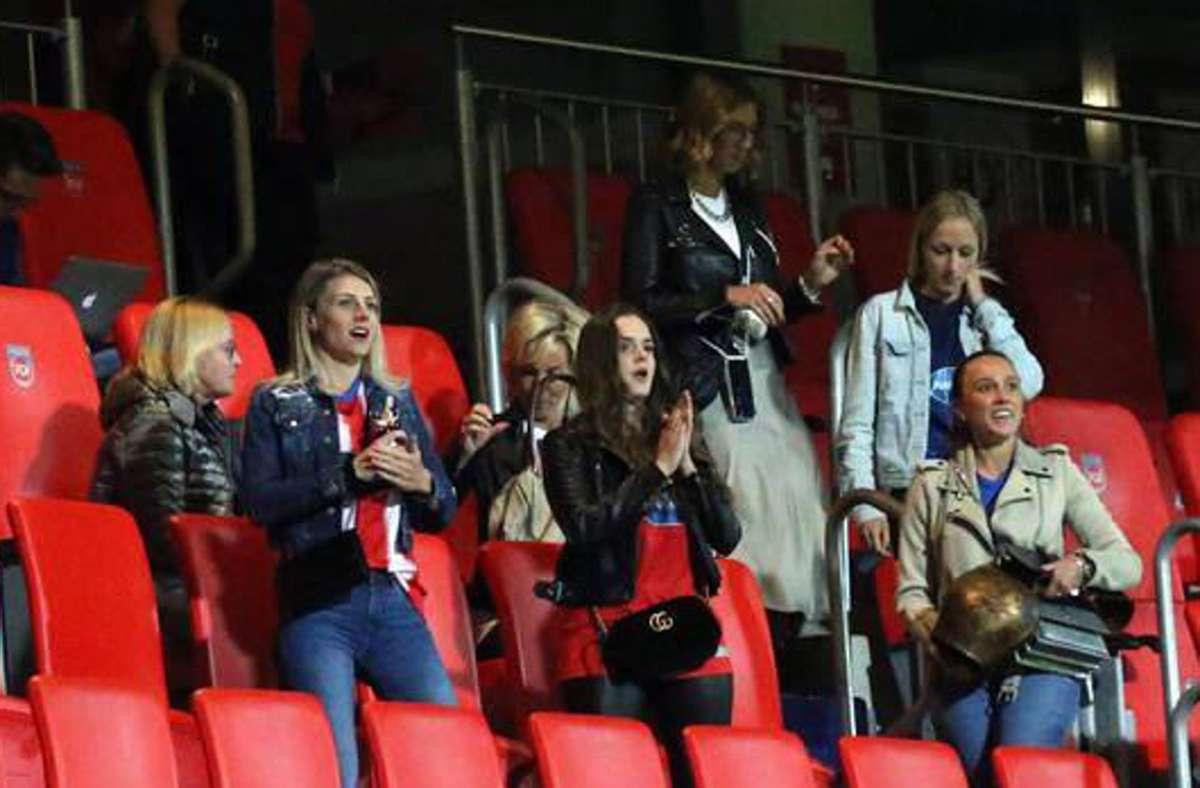 Plötzlich tauchen beim Relegationsspiel gegen Werder Bremen Heidenheimer Spielerfrauen auf der Tribüne der Voith-Arena auf – und auch noch ohne Mundschutz. Foto: imago//Poolfoto