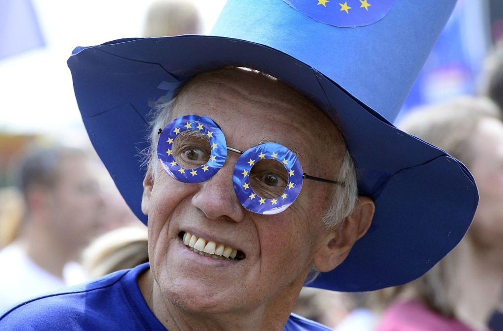 Ein Mann mit Durchblick: dieser Demonstrant wirbt bei einer Demonstration in Köln für ein stärker vereinigtes Europa. Foto: dpa