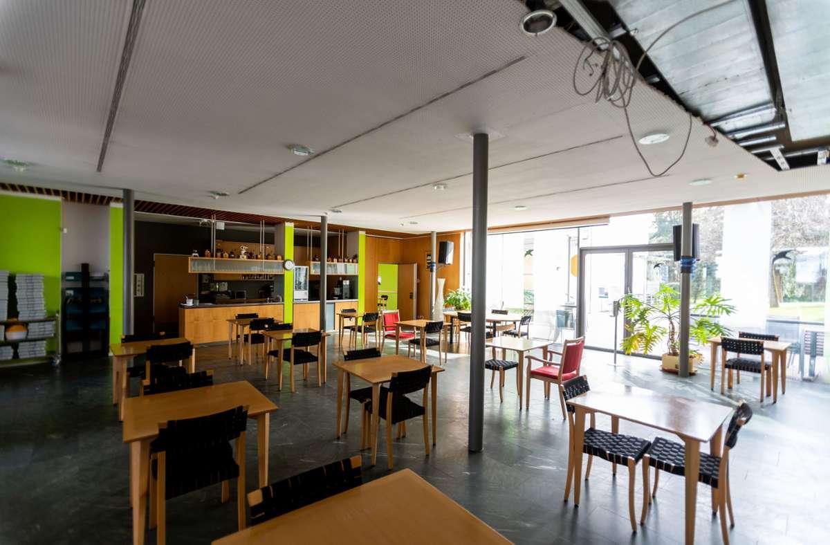Im Seniorenzentrum Mühlehof war das Café bisher coronabedingt leer. Nun wurden – nach Beilegung des Rechtsstreits – wieder einige Senioren bewirtet. (Archivbild) Foto: dpa/Philipp von Ditfurth