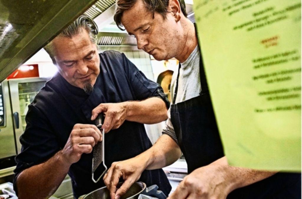 Reiberei: Frank Oehler (links)  bringt dem Redakteur  Volkmann etwas  bei.Foto:Heinz Heiss Foto: