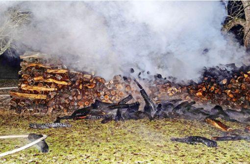 Holzstapel gehen in Flammen auf – Polizei sucht Brandstifter