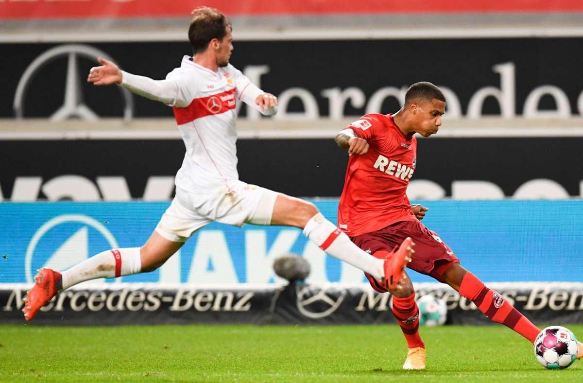 Pascal Stenzel (links) vom VfB Stuttgart gegen Kölns Islmail Jacobs Foto: AFP/THOMAS KIENZLE