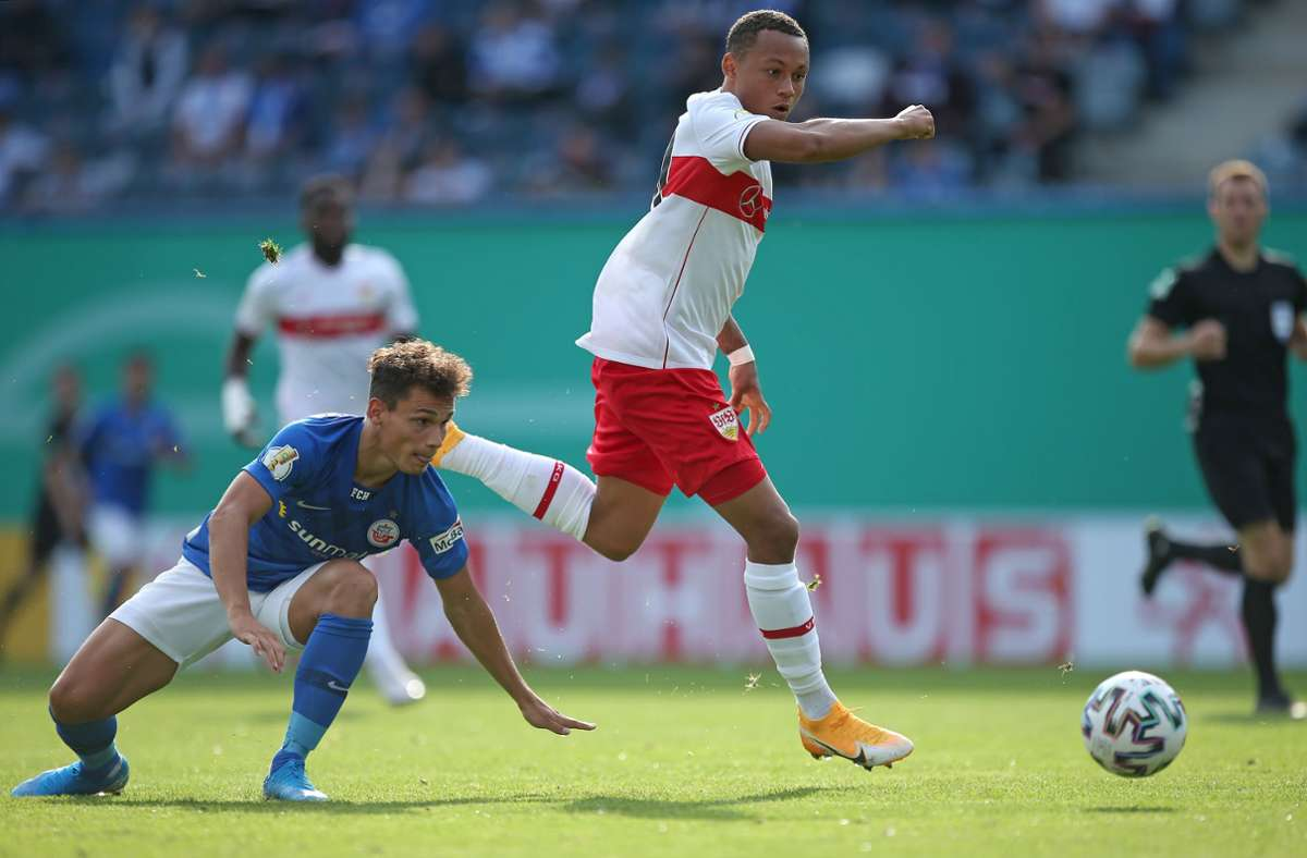 Roberto Massimo (rechts) gehört beim VfB Stuttgart zu den schnellsten Spielern. Zuletzt hat der 19-Jährige mit guten Leistungen auf sich aufmerksam gemacht. Foto: Baumann
