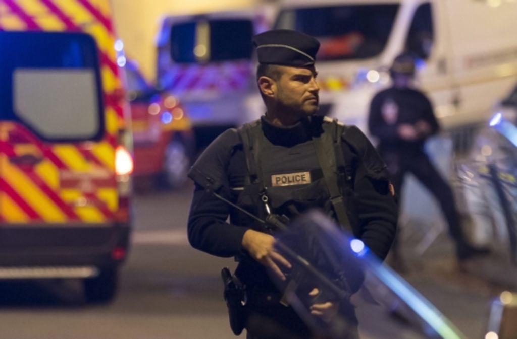 Nach Angaben der Polizei gab es gegen 21.30 Uhr mehrere Feuerüberfälle in der Pariser Innenstadt. Foto: dpa