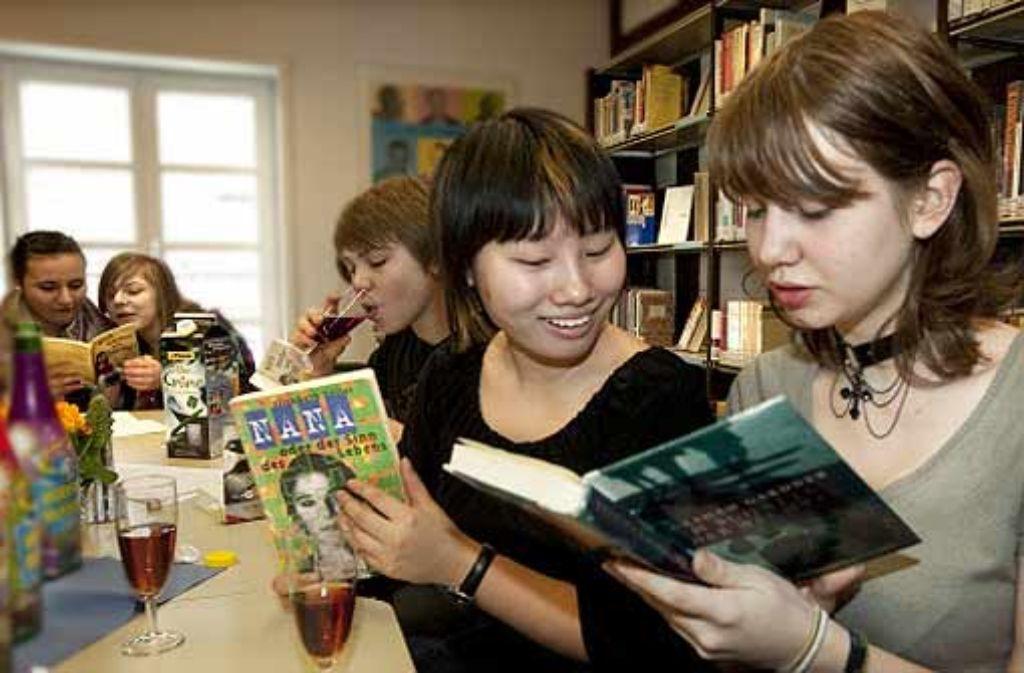 Michelle (rechts) und Jun sind zwar befreundet, bei Büchern sind sie sich aber nicht immer einig. Foto: Rudel