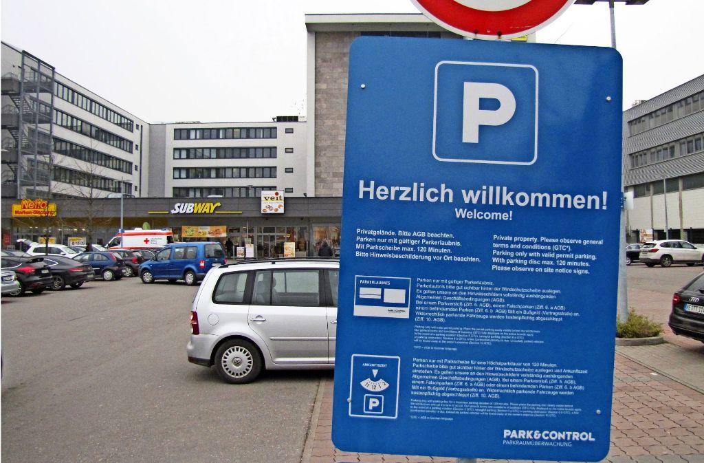 """Ganz oben steht """"Herzlich willkommen"""". Auf einem zweiten Schild drunter sind die Allgemeinen Geschäftsbedingungen in Minischrift aufgelistet. Foto: Archiv Sägesser"""