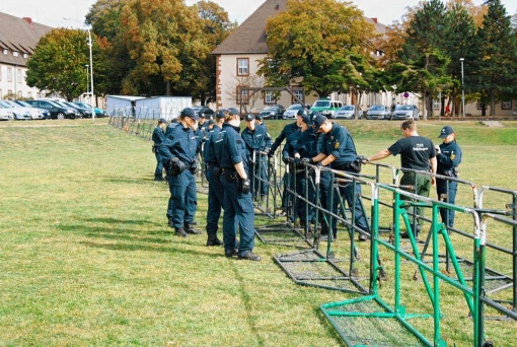 Noch üben die Polizeischüler in Böblingen das Aufstellen der Gitter für Demonstrationen Foto: Bereitschaftspolizei Böblingen