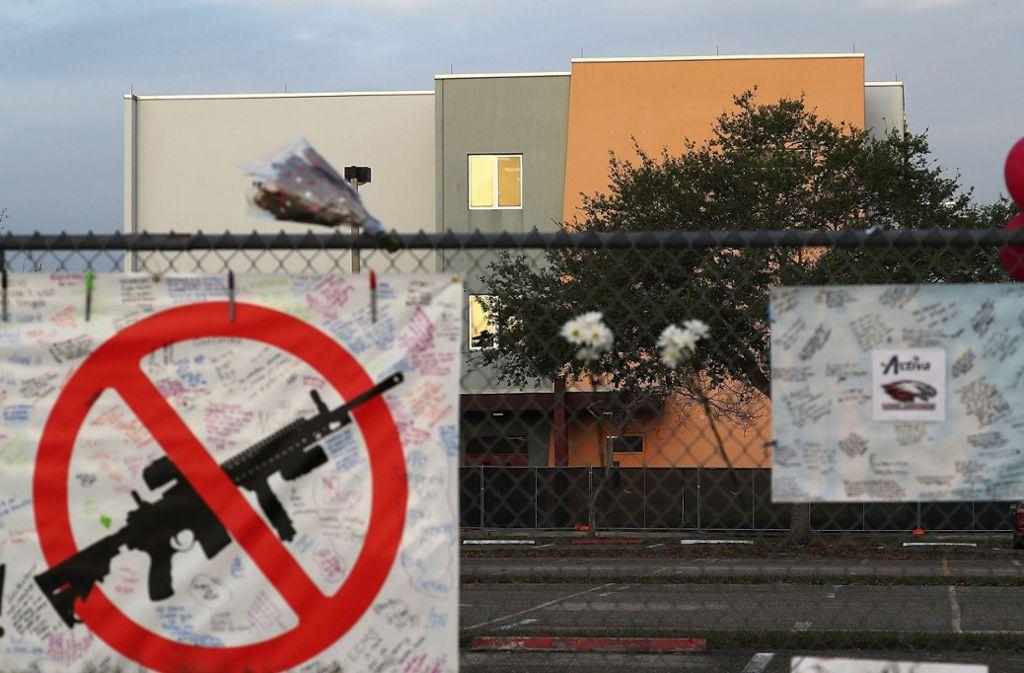 Ein Plakat vor der Schule, an der das Attentat geschah. Foto: GETTY IMAGES NORTH AMERICA