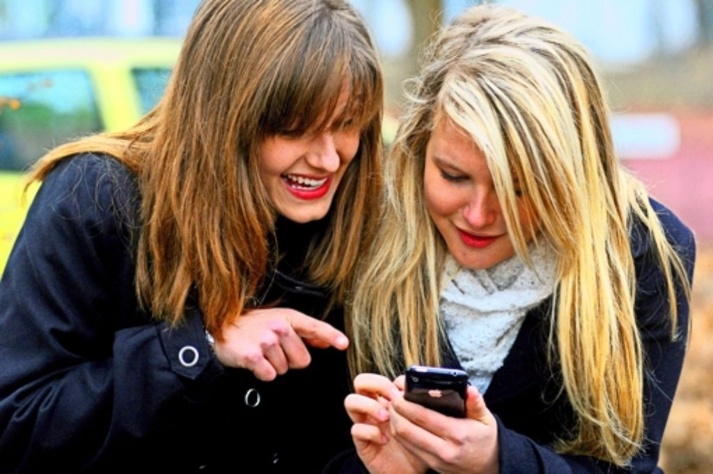 Jugendliche nutzen Handys und Smartphones intensiv. Vielen fällt es schwer, ein paar Stunden im Schulunterricht die Geräte auszustellen. Foto: dpa