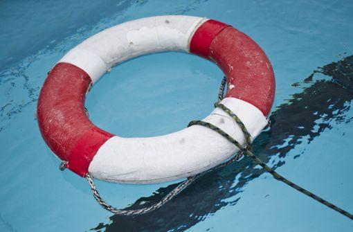 Exhibitionisten entblößen sich in Schwimmbädern