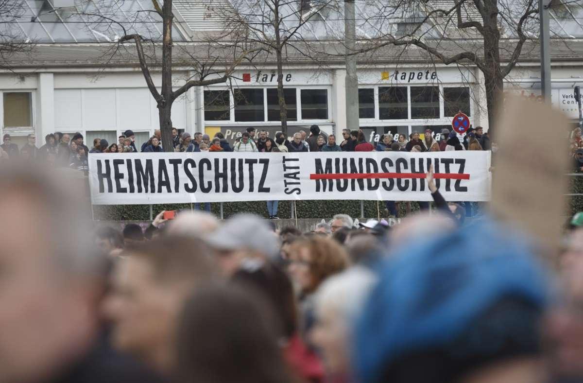 Weit mehr als 10.000 Teilnehmer demonstrierten in Stuttgart und ignorierten dabei Maskenpflicht und Abstandsgebot. Foto: Lichtgut/Julian Rettig