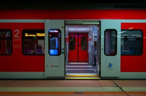 Drei Männer greifen Rentner in S-Bahn an – Polizei sucht Zeugen
