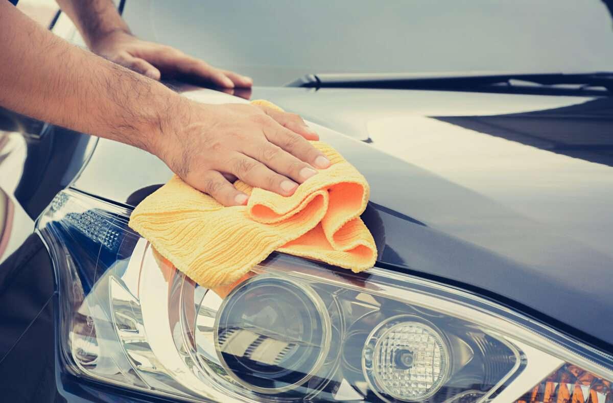 In diesem Artikel zeigen wir Ihnen 5 hilfreiche Tipps, wie Sie Baumharz vom Auto entfernen. Foto: Atstock Productions / Shutterstock.com