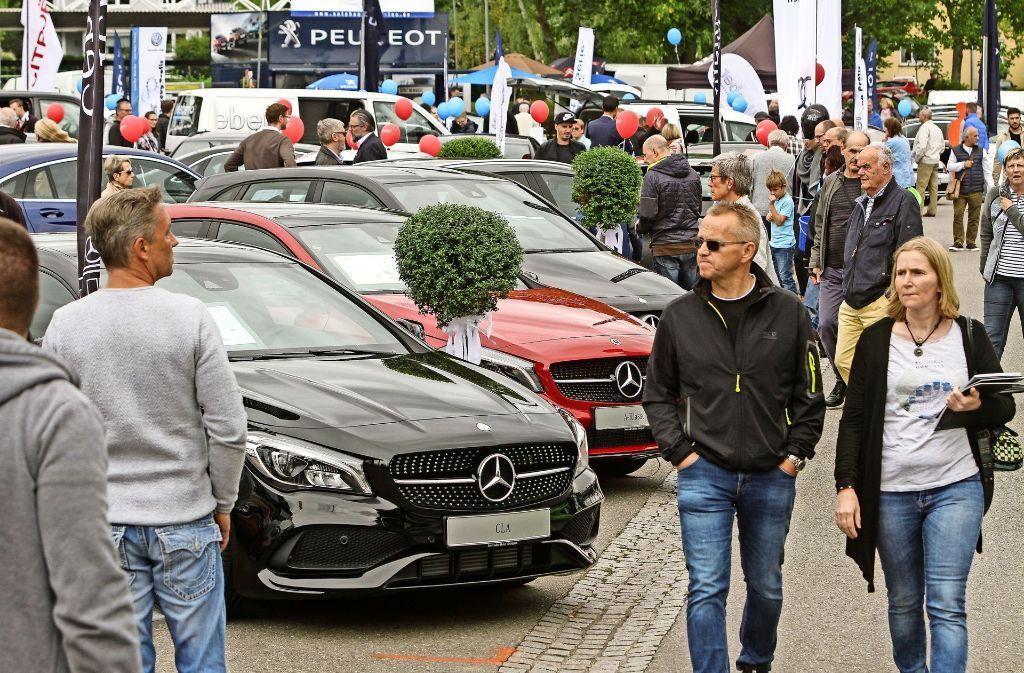 Zahlreiche Besucher tummeln sich am Wochenende bei der Autoschau auf dem Hallenbadparkplatz und dem Festplatz Foto: factum/Bach
