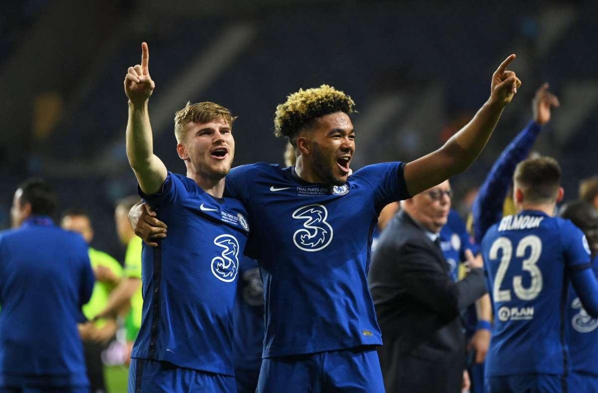 Ex-VfB-Spieler Timo Werner (links) und Reece James feiern den Sieg. Foto: AFP/DAVID RAMOS