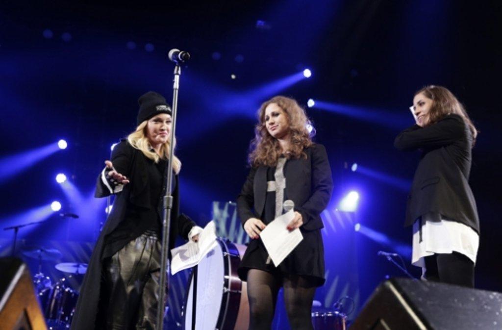 US-Popstar Madonna (links) mit den beiden Mitgliedern der russischen Punkrock-Band Pussy Riot, Maria Aljochina (Mitte) und Nadeschda Tolokonnikowa. Foto: dpa
