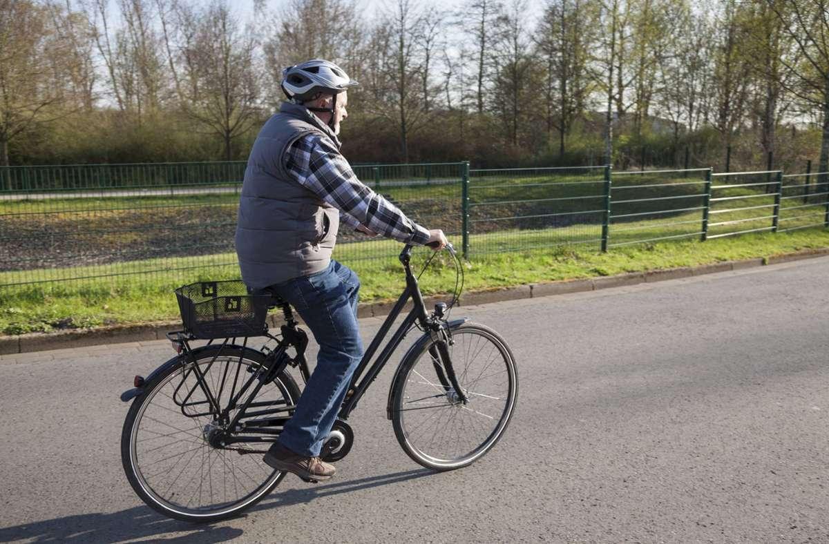 Ein Rentner hat in Frankfurt mit dem Rad einen Autodieb gestellt. (Symbolbild) Foto: imago/Westend61/imago stock&people